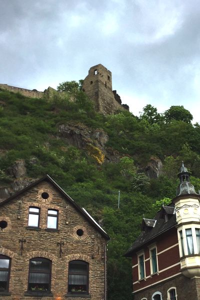 Burg Are, Blick vom Parkplatz an der Ahr