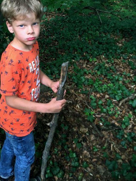 Ein Junge mit einem Stock in der Hand