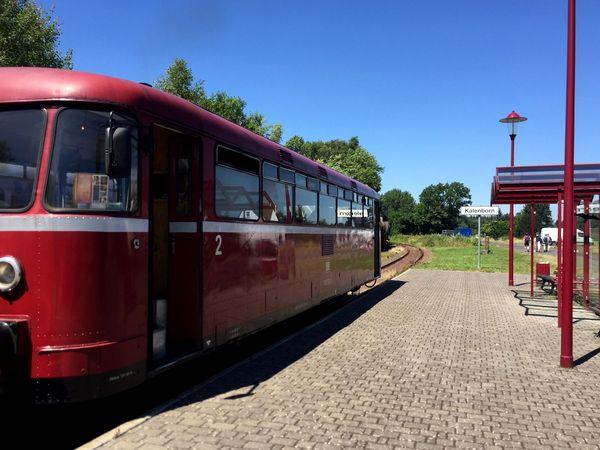 """Der Triebwagen """"roter Brummer"""" der Kasbachtalbahn steht am Bahnsteig in Kalenborn"""