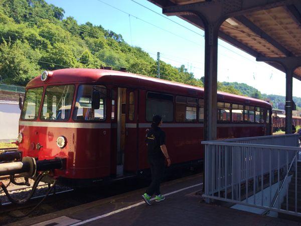 """Der Triebwagen der Kasbachtalbahn """"roter Brummer"""" im Bahnhof Linz am Rhein"""