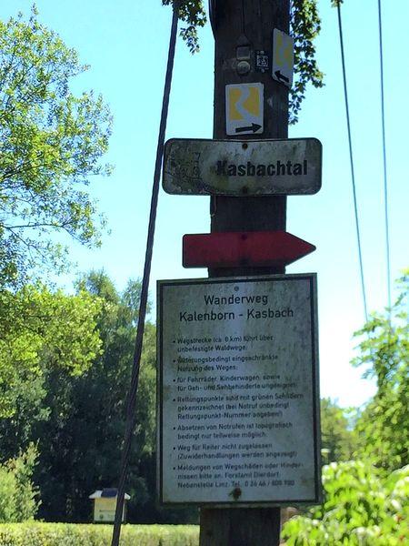 Wegweiser für den Wanderweg durch das Kasbachtal