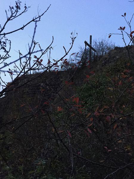 Gipfelkreuz Landskrone vom Felsen in der Abenddämmerung