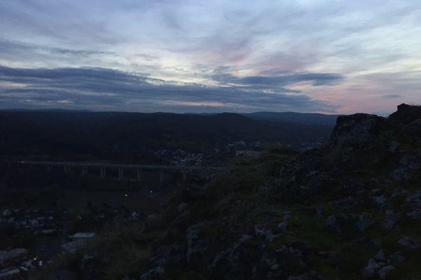 Bad Neuenahr in der Abendämmerung vom Felsen der Landskrone