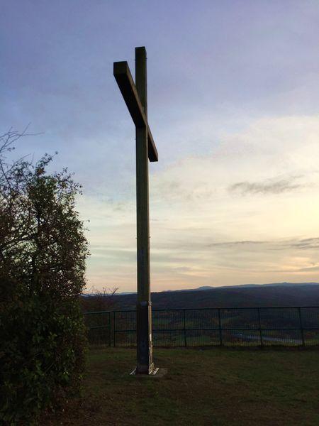 Gipfelkreuz der Landskrone in der Abenddämmerung