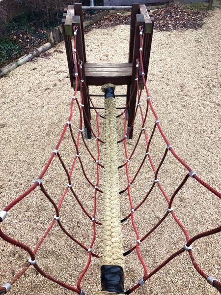 Was ist eine Hängeseilbrücke: Nepalbrücke oder Dreiseilbrücke in V-Form auf Spielplatz