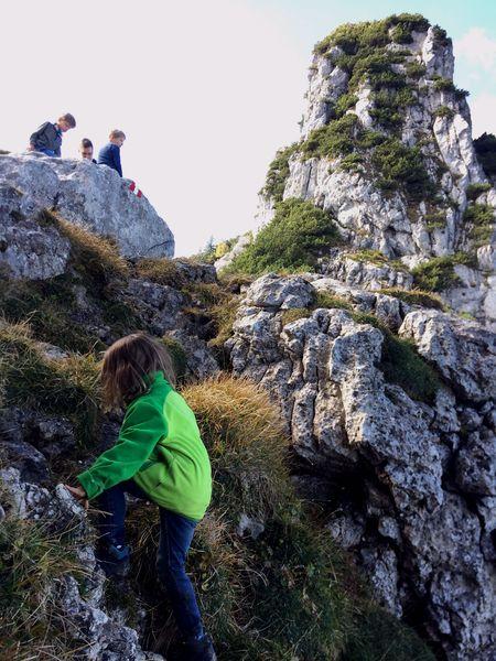 Kind klettert am Ostgrat der Kampenwand, Wandern an der Kampenwand
