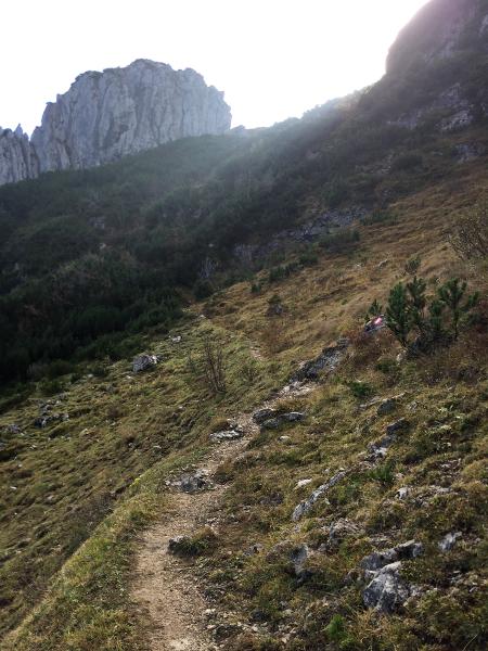 Pfad mit Wegweiser in den Bergen